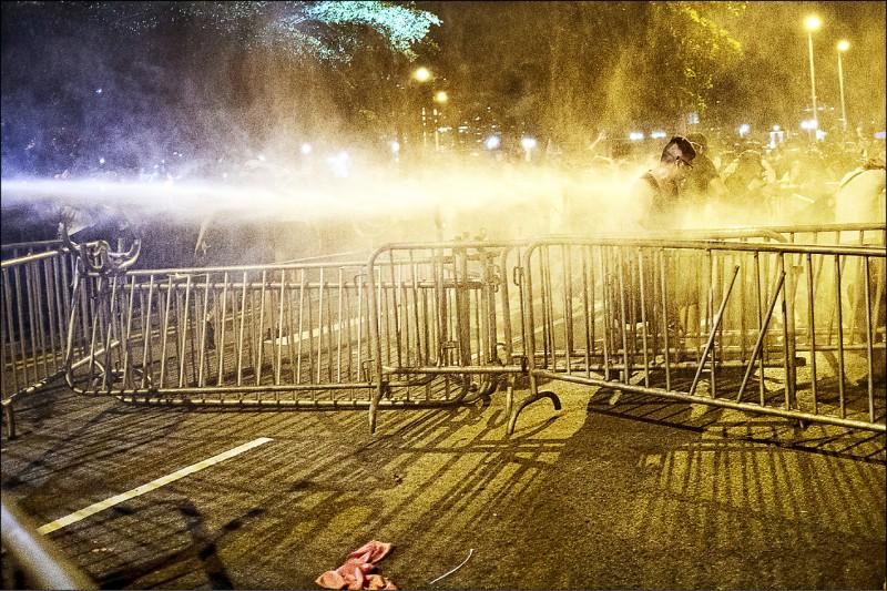 香港警方多次施放胡椒噴霧,噴灑力道極強,令人懷疑可能是精銳特遣鎮暴警察「速龍小隊」藉由可發射催淚彈及橡膠子彈的「雷明登870霰彈長槍」施放。(彭博)