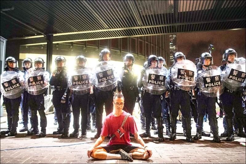 一名示威者在立法會外靜坐表達抗議。 (法新社)