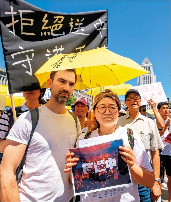 逾百萬香港民眾九日走上街頭,表達反對香港政府修訂逃犯條例的立場,全球十餘國二十九座城市也同步展開聲援行動。圖為美國加州洛杉磯市政廳前聲援香港反送中的活動。(法新社)