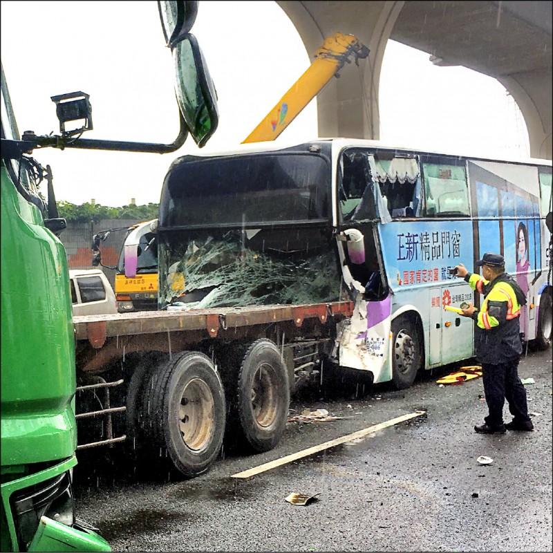 一輛國光客運昨天下午在國一南下桃園路段追撞拖車,客運司機送醫不治。(記者魏瑾筠翻攝)