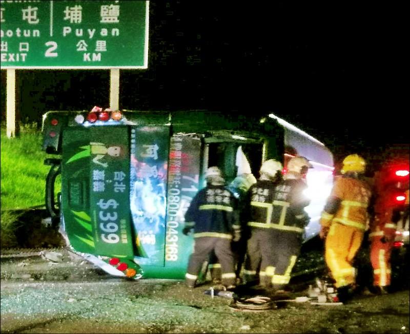 昨天晚間在國一彰化戰備道有一輛阿羅哈客運衝出邊坡直墜平面道路,造成兩名乘客傷重死亡,另有十四人輕重傷。(記者湯世名翻攝)