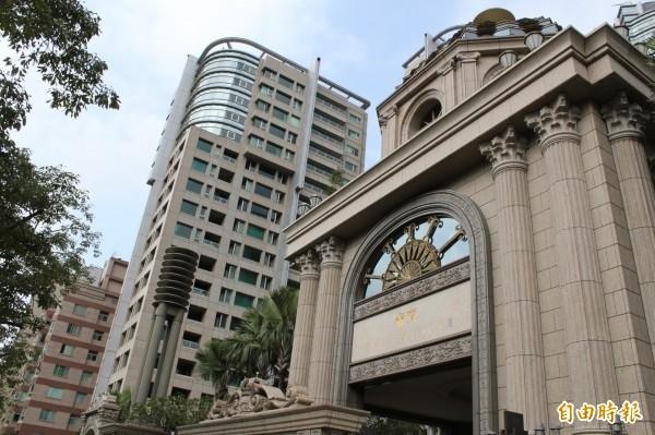 黨產會指出,中廣公司戰後接收自台灣放送協會房舍土地,最大一筆已被出售改建成帝寶豪宅(見圖),當年登記取得原因欄卻為「空白」,國有財產平白變成國民黨黨產。(資料照)