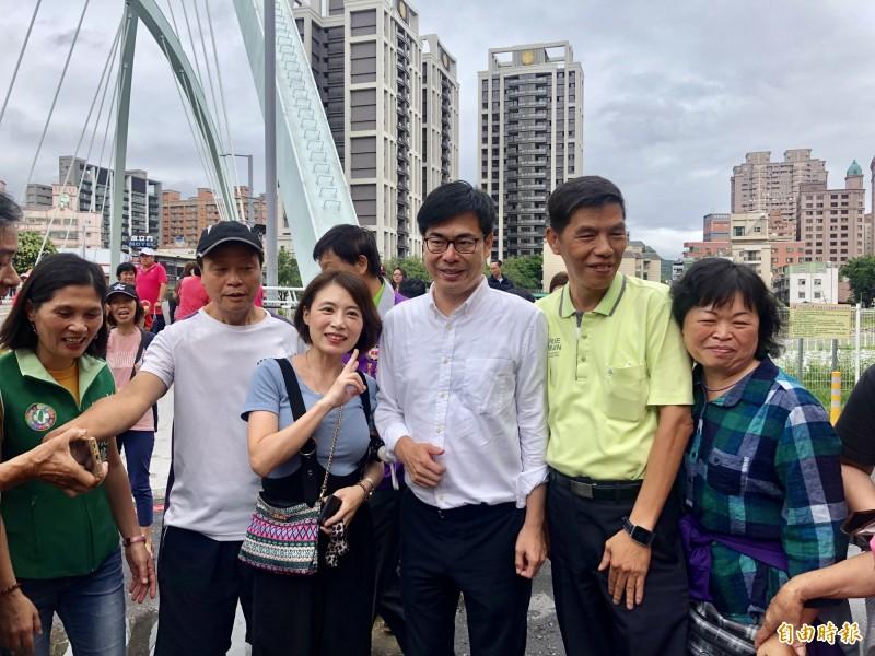 行政院副院長陳其邁(右三)被熱情婆媽簇擁,爭相合照。(記者魏瑾筠攝)