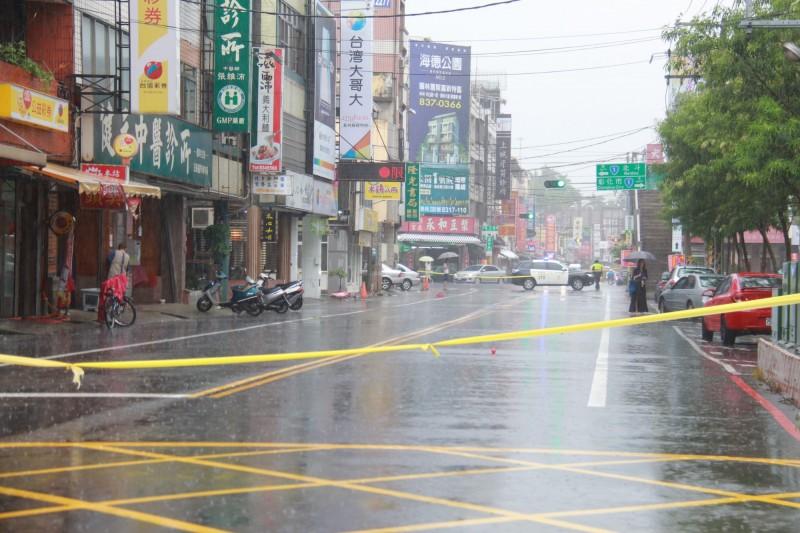 員林基督教醫院周邊道路淹水,警方在道路兩邊拉起封鎖線禁止通行。(記者陳冠備攝)