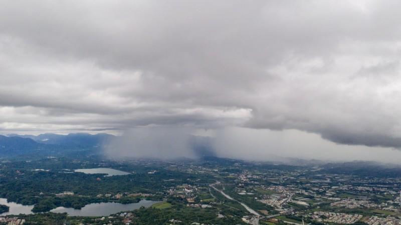 嘉義縣山區出現「雙雨瀑」奇景,大雨從天空的兩個大洞中傾瀉而下。(余信賢提供)