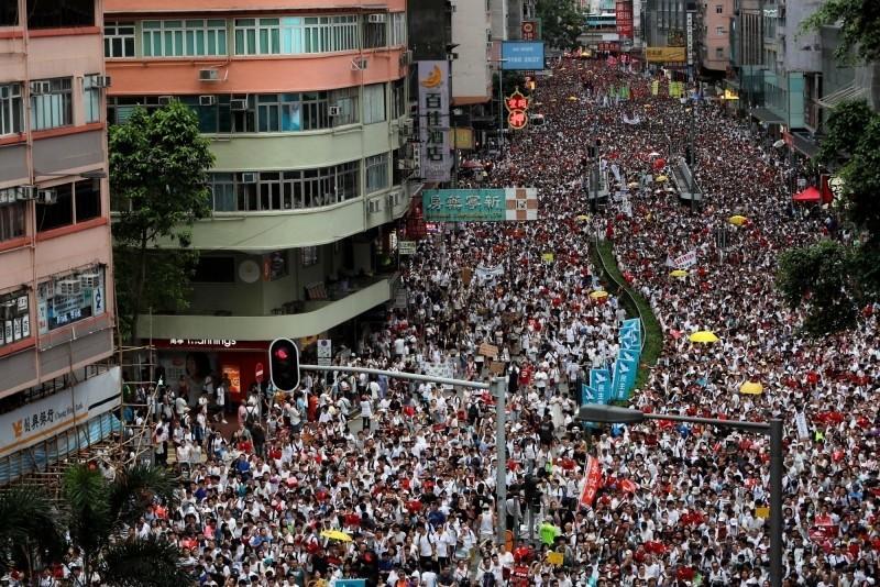 超過百萬港人參與的反送中大遊行,香港政府回應表示無意撤回條例。(路透)