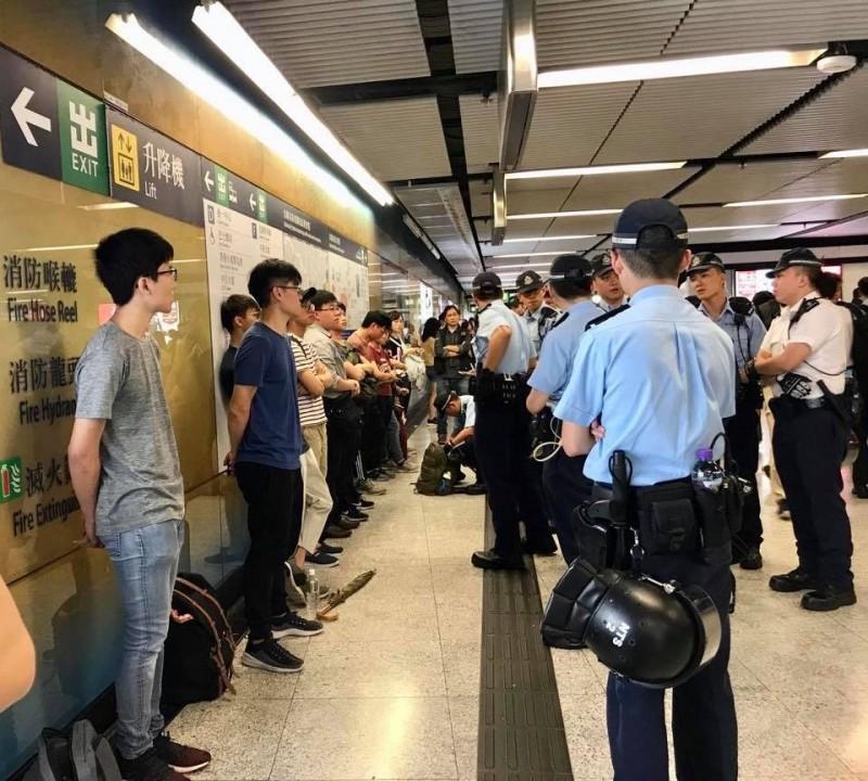 香港警察入駐金鐘站,對路人強力盤查。(翻攝自香港立法會議員毛孟靜臉書)