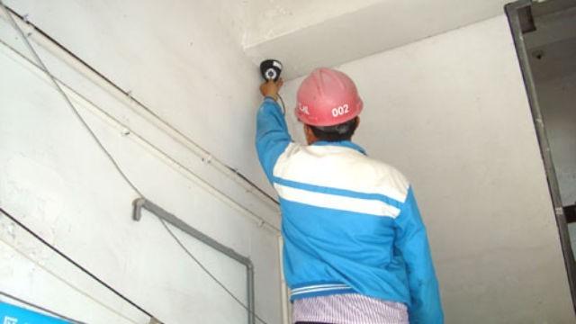 此為工人裝設監控錄影器示意圖。(圖擷取自《寒冬》)