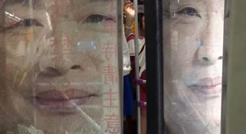這輛高雄市公車車身貼有韓國瑜大照片的廣告,車門打開就可看見韓國瑜面帶微笑的表情。(圖擷自臉書「艾莉絲」)