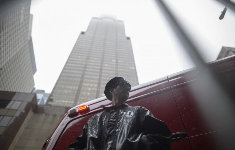 一架直升機在美國紐約曼哈頓中心一座摩天大樓屋頂上墜毀,飛行員當場身亡。(美聯社)