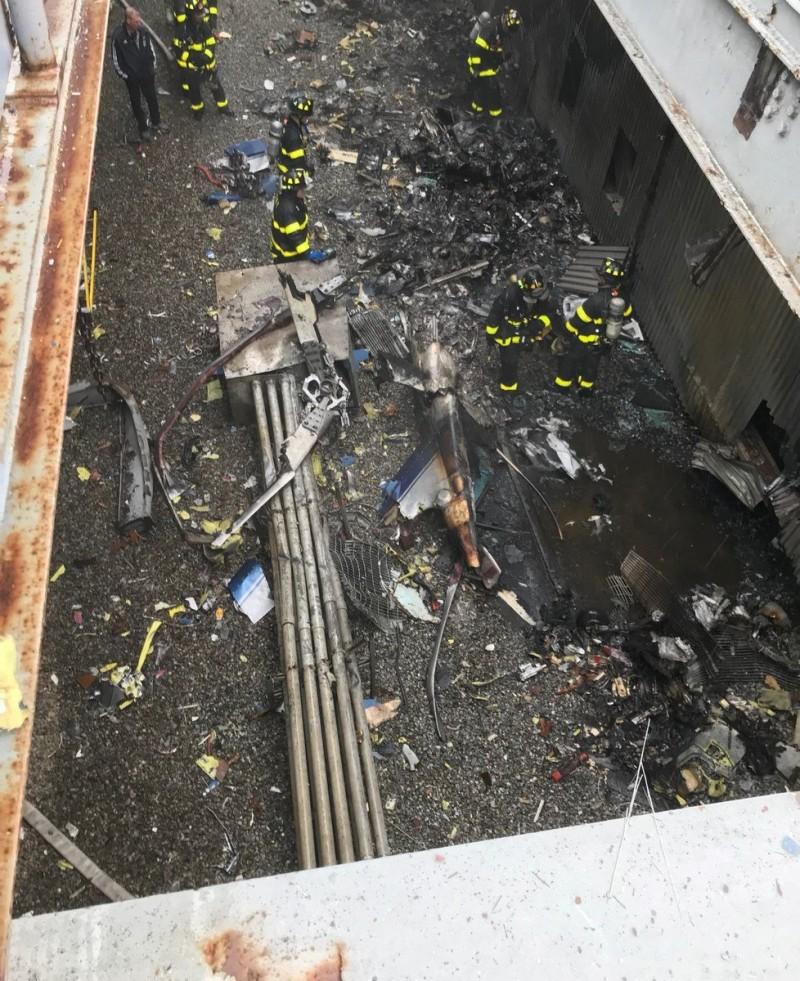駕駛當時試圖在大樓屋頂緊急降落,後來造成屋頂毀損,直升機燃料外洩,起火燃燒。(路透)