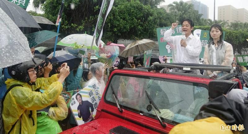 賴清德的壯大台灣車隊遊行今天抵達總統府前凱達格蘭大道,冒雨發表演說。(記者劉信德攝)