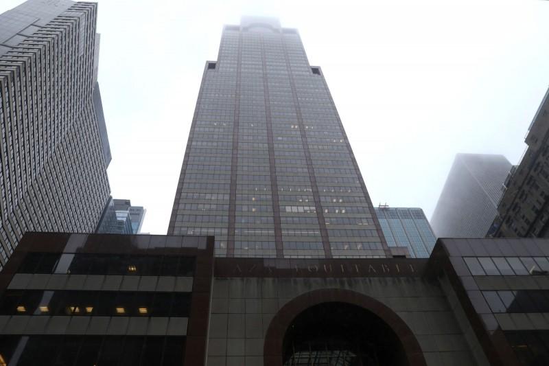 一架直升機在曼哈頓的第7大道787號上墜毀。(路透)