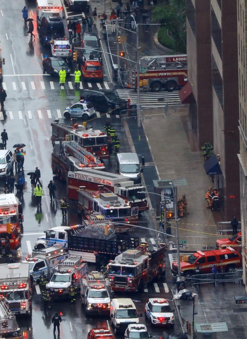 緊急救援車輛群聚在現場附近。(路透)