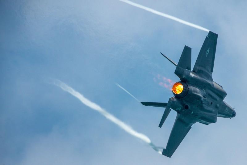 美國防部宣布與洛克希德馬丁達成協議,未來3年分3批次交付共478架的F-35戰機,單機價格可望跌破8千萬美元。(路透)