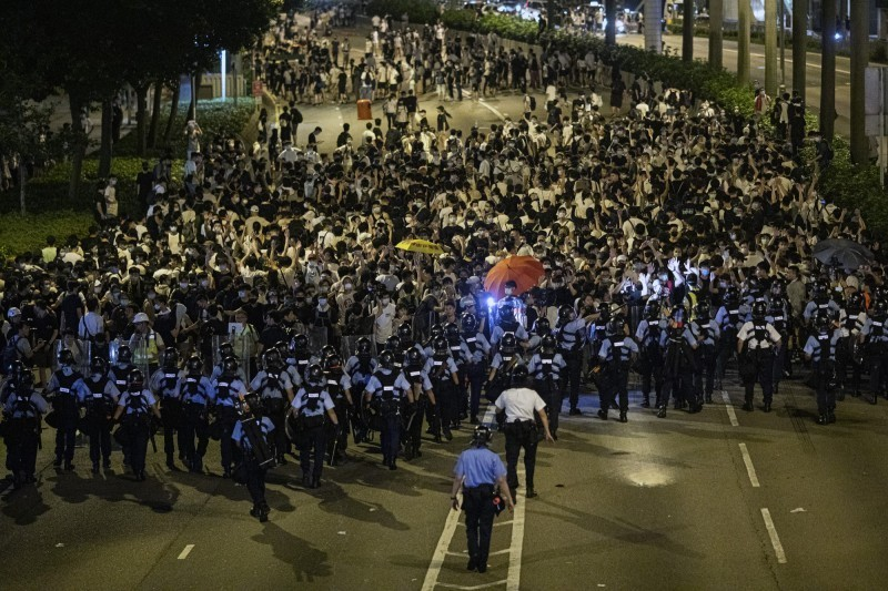 香港為了「反送中」惡法,百萬民眾在9日走上街頭抗議,但香港政府仍無動於衷,明(12)日仍將強推《逃犯條例》送往二讀。(彭博)