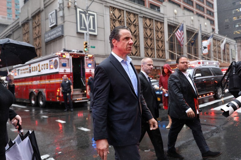 紐約州州長科莫抵達曼哈頓中城第7大道787號直升機墜毀的現場附近。(路透)