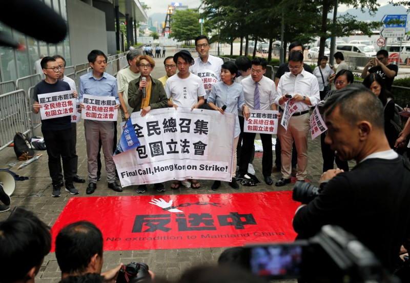 為了因應香港政府修訂《逃犯條例》,20個台灣公民團體,今日發出4點聲明。圖為香港民間團體呼籲抵制《逃犯條例》。(路透)