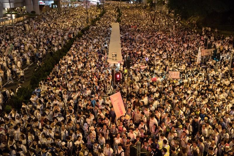 無視香港百萬人示威抗議(圖),香港政府預定明天續審逃犯條例,並調派千警固守立法會。(歐新社)