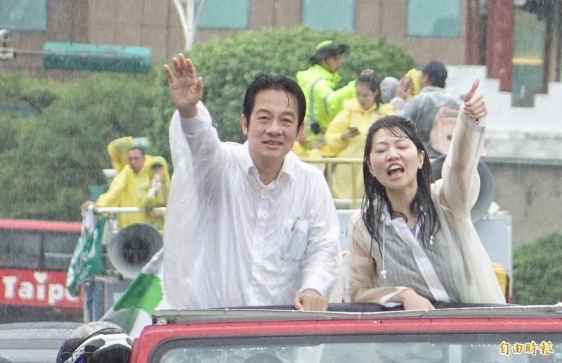 民進黨總統初選參選人賴清德(左)壯大台灣車隊遊行今(11)日下午5點左右抵達總統府前凱達格蘭大道,右為台北市議員高嘉瑜。(記者劉信德攝)