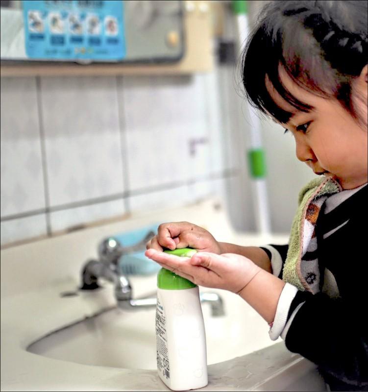腸病毒進入流行高峰,衛生單位提醒學童在校應勤洗手,杜絕病毒傳染。(記者張議晨翻攝)
