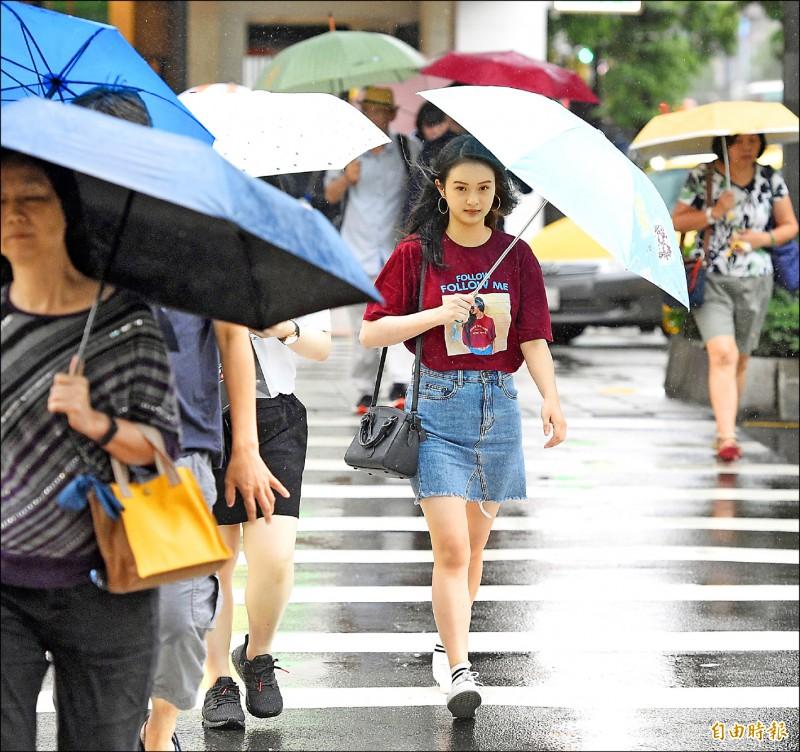 受梅雨鋒面及西南氣流影響,氣象針對多個縣市發布豪、大雨特報。(記者叢昌瑾攝)