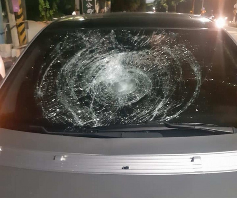 朱女前晚赴醫院搶救阿羅哈傷患,不料返家途中被賓士車撞命危,賓士車嚴重毀損。(翻攝臉書彰化踢爆網)