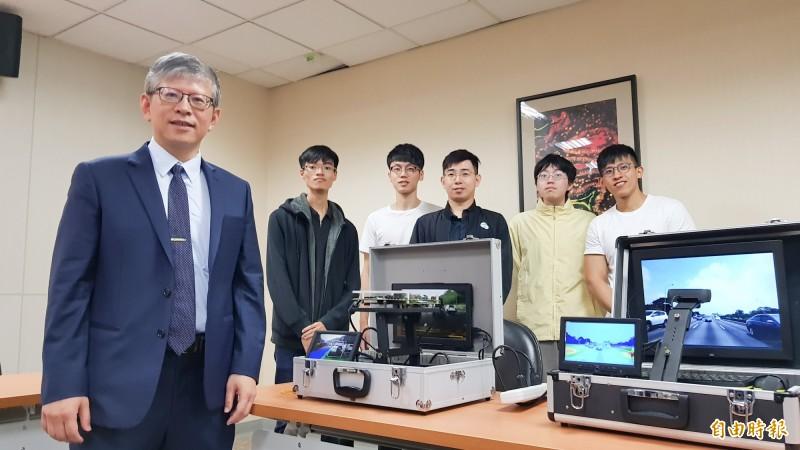 國立交通大學電子研究所教授郭峻因深耕8年,研發出「自駕車智慧之眼,嵌入式AI物件辨識系統」。(記者簡惠茹攝)