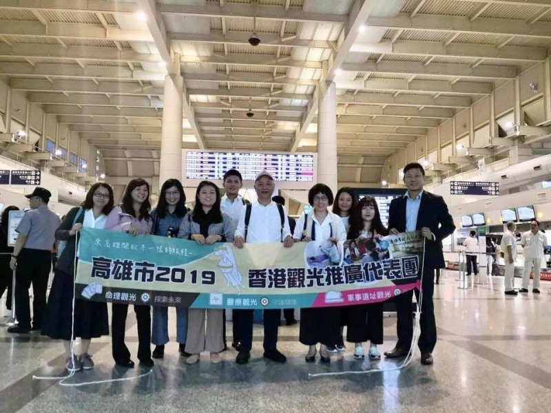 高雄市觀光局主秘高美蘭(右四)帶隊,去香港參加旅展。(取自潘恒旭臉書)