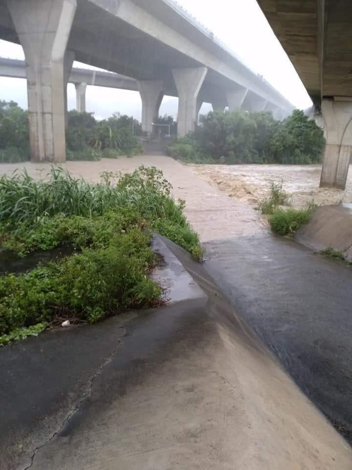 雨勢太大,通霄內湖水底橋暴漲,一度淹沒。(取自林輝權臉書)