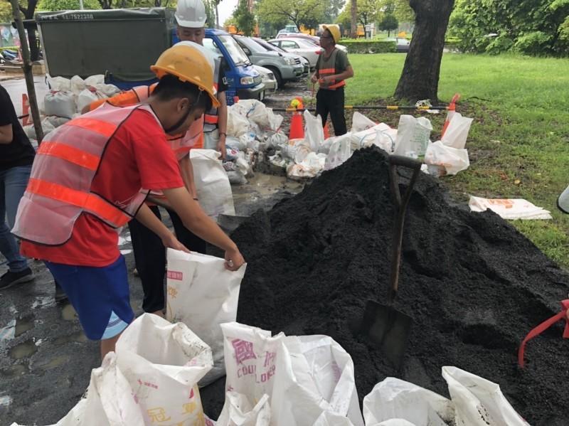 工作人員正在製作砂包,免費提供給民眾索取(記者葉永騫翻攝)