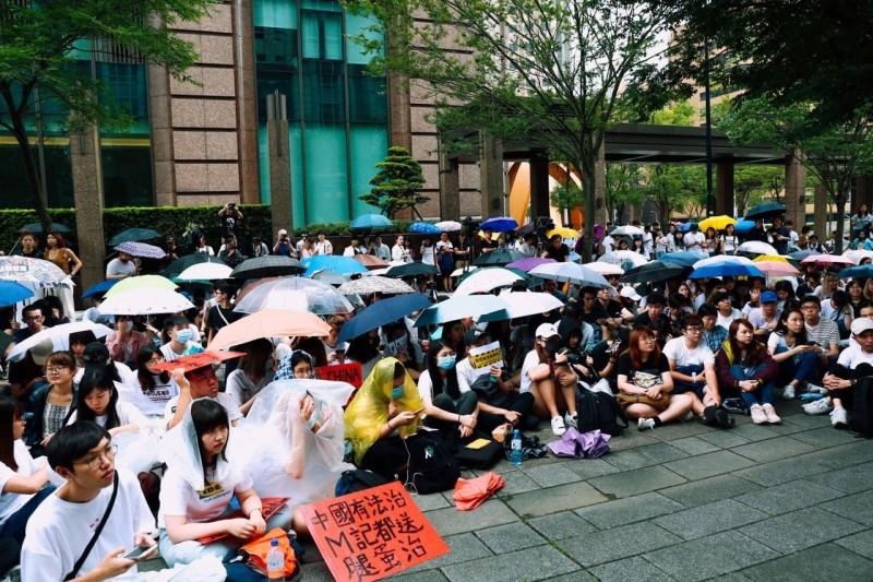 在台港生在雨中撐傘「反送中」,自主罷課隔海聲援。(圖取自臉書)