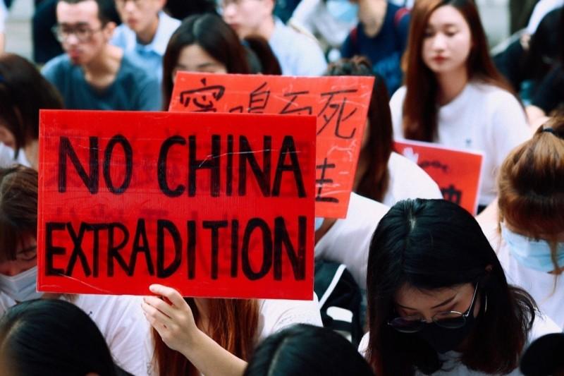 在台港生反對香港修「逃犯條例」侵害人權與自由,齊聚罷課隔海挺家鄉,高舉「NO CHINA EXTRADITION」(不要中國引渡)。(圖取自臉書)