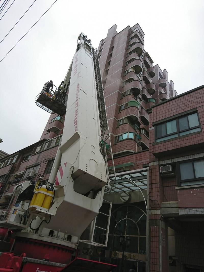 消防人員啟動雲梯車搶救。(消防局提供)
