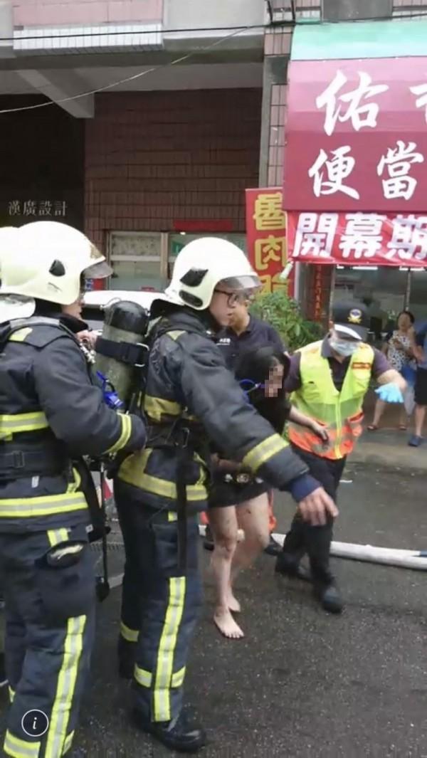 妙齡女順利被救下脫困。(消防局提供)