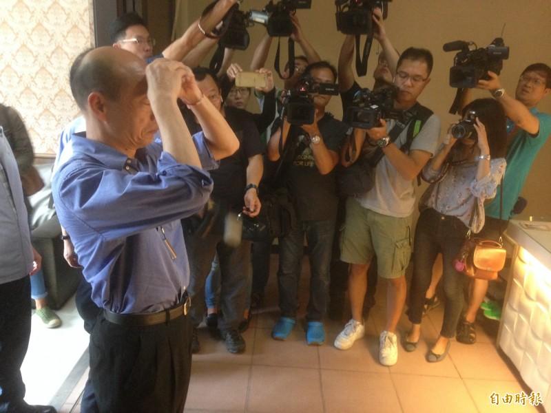 韓國瑜為阿羅哈客運罹難市民上香。(記者黃旭磊攝)