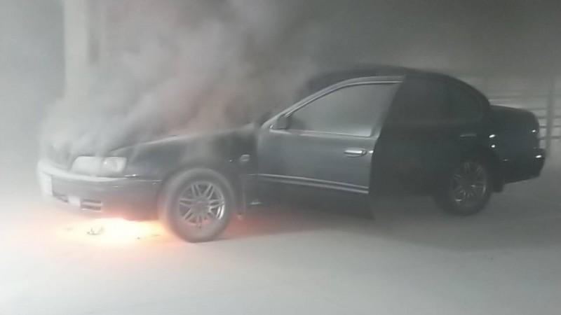 台南好市多賣場地下停車場汽車失火。(記者王俊忠翻攝)