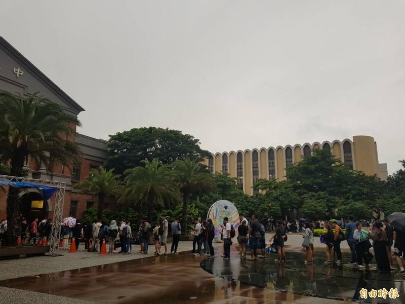 台北市「阿北」市長今晚到明新科大演講,雖然限定只能該校師生或是校友入場,但仍引發排隊風潮,很多該校學生下午4點就冒雨排隊等候入內。(記者黃美珠攝)