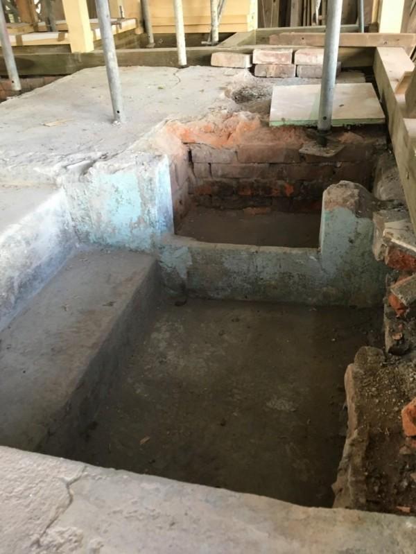 基隆市定古蹟校官眷舍進行修復工程時,發現隱藏的日式風呂。(基隆市文化局提供)