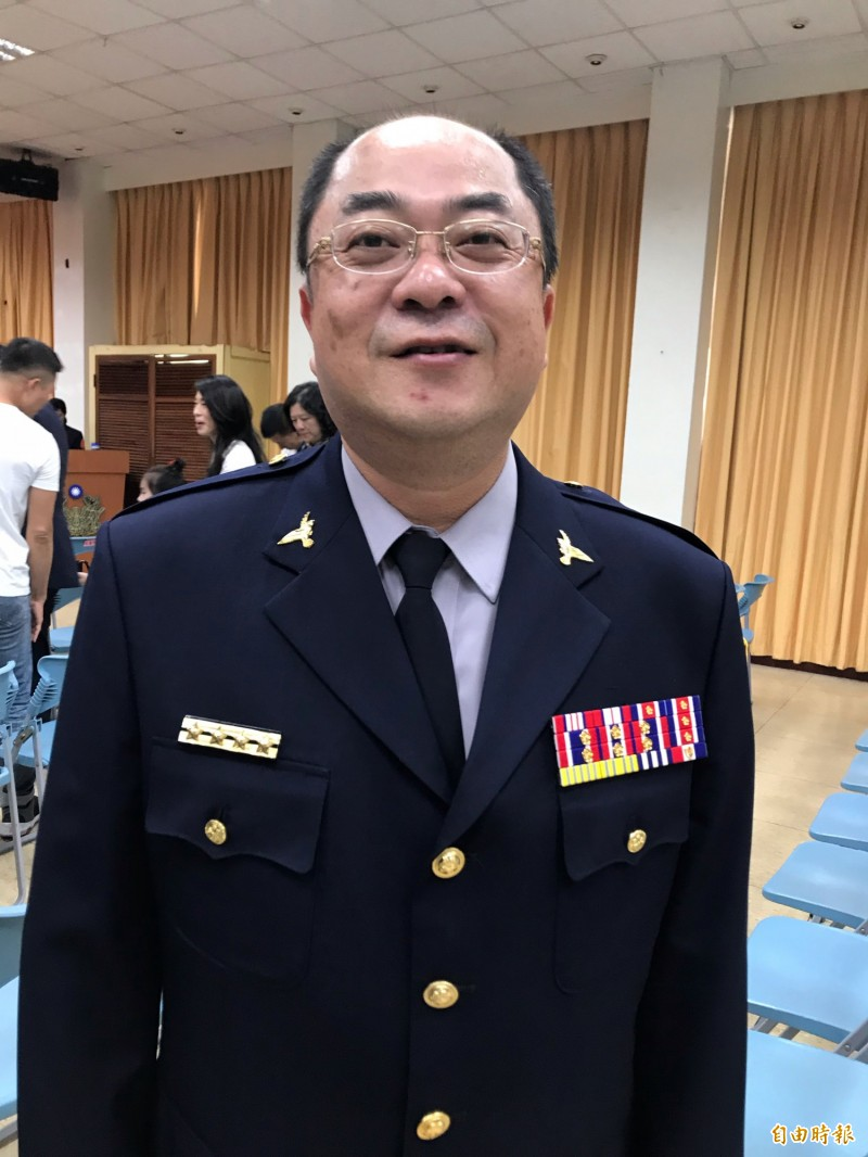 高市警局公布37位中階警官人事案,剛升任婦幼隊長不久的何東隆調旗山副分局長受到矚目。(記者黃良傑攝)