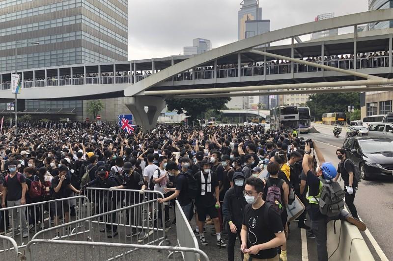 香港立法會續審送中條例,抗議民眾罷市集結立法會抗議。(美聯)