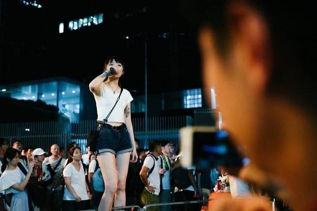 該名香港女子6月9日遊行當日,晚間持續留在街頭進行抗爭活動。(擷取自臉書)
