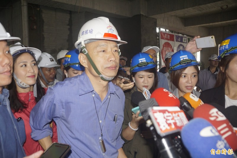 高雄市長韓國瑜(見圖)先前曾對香港反送中遊行表達「不知道、不曉得」的看法,遭到許多網友痛批,他今天再度發表對「反送中」的看法,卻再度重申對「兩岸路線的三點堅持」。(記者黃佳琳攝)