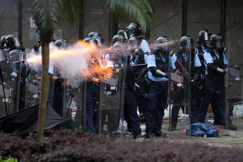 香港警方今使用橡膠子彈與催淚瓦斯攻擊抗議民眾。(歐新社)