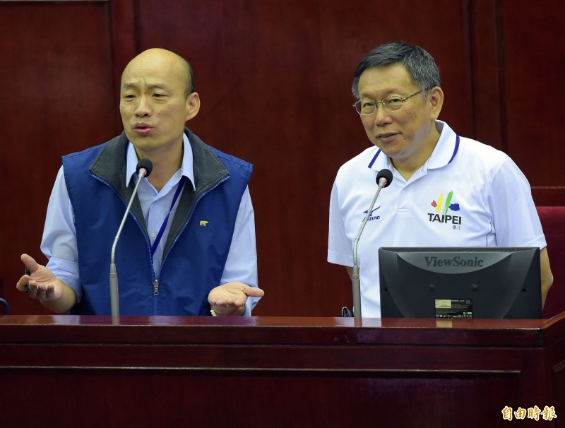 李敖之子李戡說,北京雖對柯文哲、韓國瑜感興趣,但絕對不會培養他們當「特首」。圖為2016年台北市長柯文哲及時任北農總經理韓國瑜受市政總質詢。(資料照,記者黃耀徵攝)