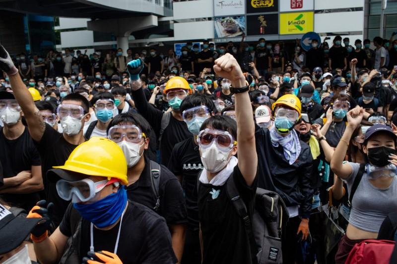 今(12)天香港「反送中」抗爭者使用的通訊軟體「Telegram Messenger」,受到駭客攻擊。圖中,「反送中」群眾包圍香港立法會,當地警方使用催淚彈等工具驅離,引起嚴重警民衝突。(彭博)