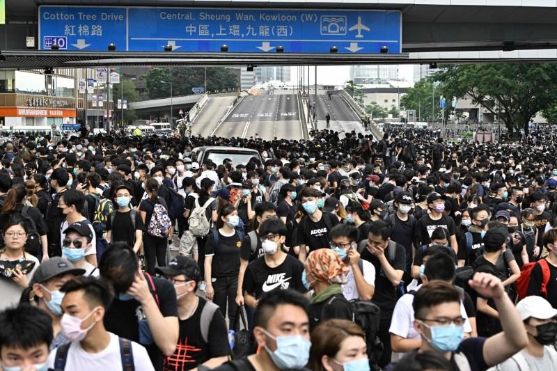 數萬民眾包圍香港立法會,交通癱瘓。(法新社)