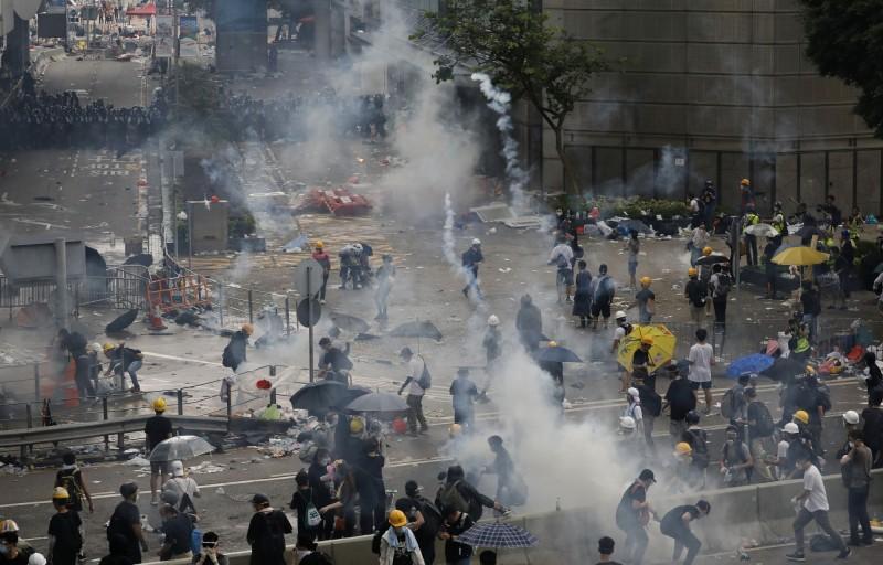 為抗議港府想強行通過逃犯條例修訂草案,大批香港民眾今走上街頭包圍立法會,企圖阻擋立法會議事進行,不過香港警察卻朝民眾發射催淚彈。(美聯社)