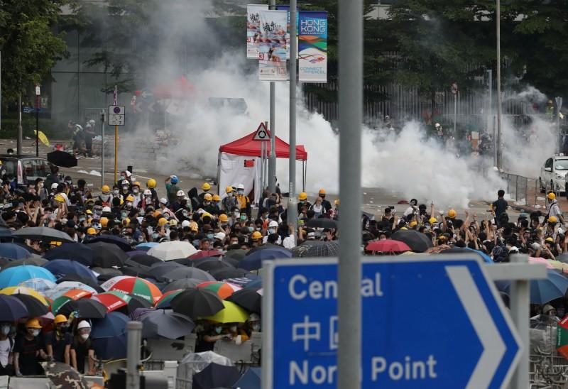 香港警方對抗議民眾發射催淚瓦斯壓制。(路透)