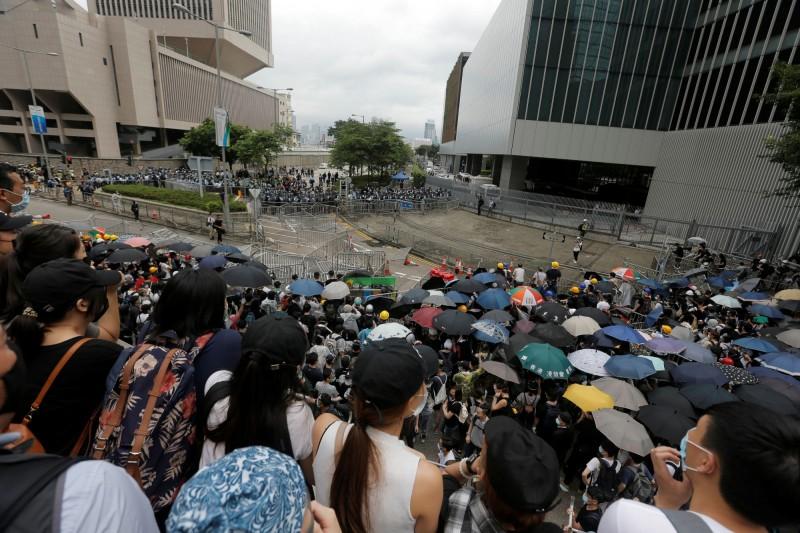 香港民眾癱瘓立法會的行動收到效果,立法會秘書處通知議員,原定早上11時舉行的立法會會議未能準時開始,將會另行宣布開會時間。(路透)